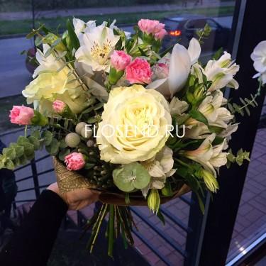 Букет с орхидеями и альстромериями